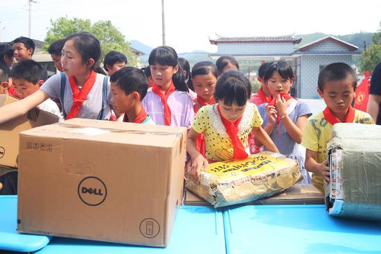 璧洲小学:孩子们齐心协力搬书