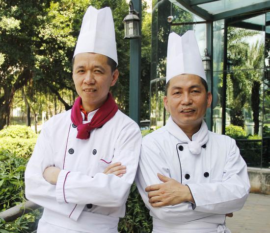 技艺精湛的包粽师徐志愿(左)、黄顺户(右)