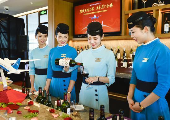 品鉴会上,乘务员的展示不同的葡萄酒。贺晟摄