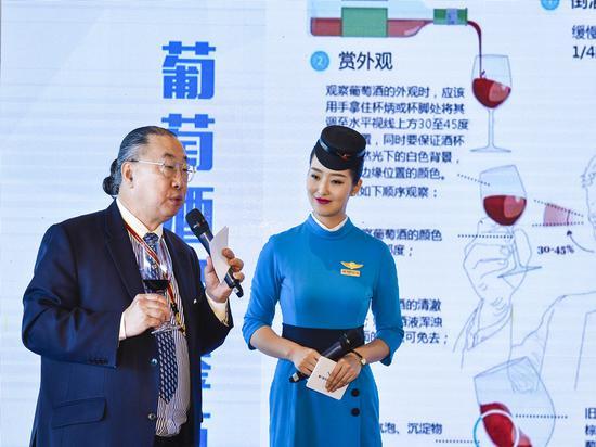 著名仕酒师林志帆先生介绍葡萄酒品鉴的知识。贺晟摄