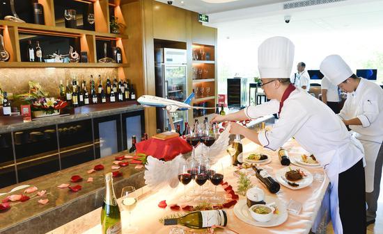 厦航配餐部总厨师长黄仕诚在准备餐食。贺晟摄