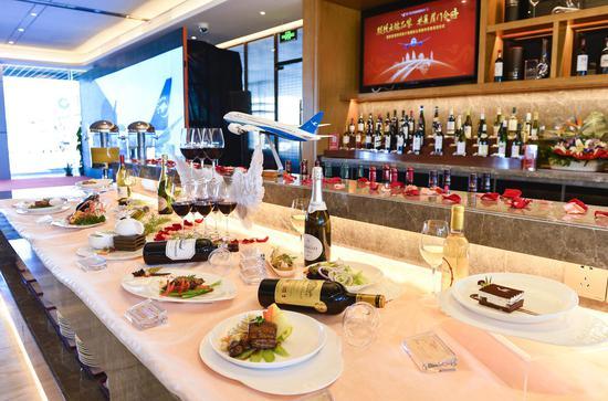 厦门-洛杉矶航线头等舱餐酒搭配展示。贺晟摄