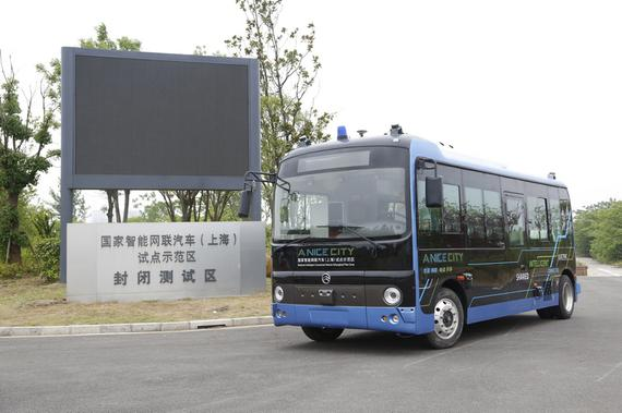 首次亮相的金旅无人驾驶微循环巴士顺利完成2公里场景体验测试