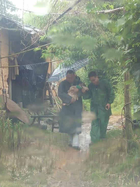 6月15日下午3时,祥华乡美西村降雨量突破300毫米。乡、村两级干部再次进村入户,排查到一户房屋破旧、内有瘫痪妇女一名、新生儿一名的农户,乡村干部立即组织转移,将该农户安排在其亲戚家暂住,并送上生活必需品。
