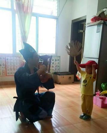 """图:""""济公""""父子平日彩排照"""