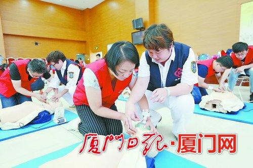 培训现场,导师们对院前急救志愿者们进行培训考核。