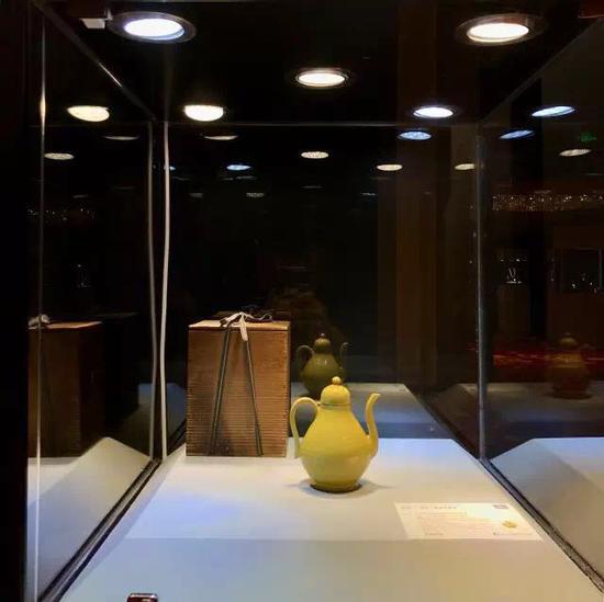 娇黄釉梨形带盖执壶