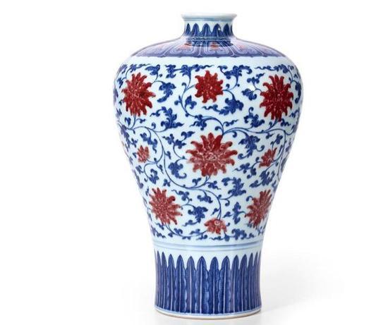 清乾隆青花釉里红缠枝莲纹梅瓶