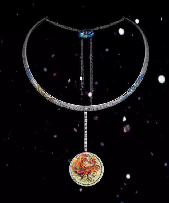 """张雪莉掐丝珐琅及钻石""""时空""""吊坠项链 采用18k金材质,吊坠尺寸约8×4cm 估价:RMB120,000-250,000 Shirley Zhang"""