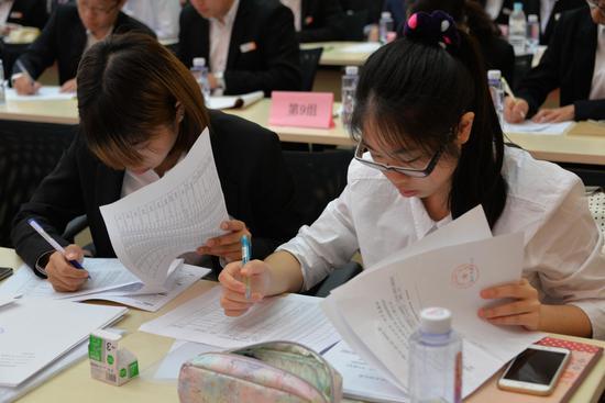 台湾实习生们与厦门银行签订实习协议