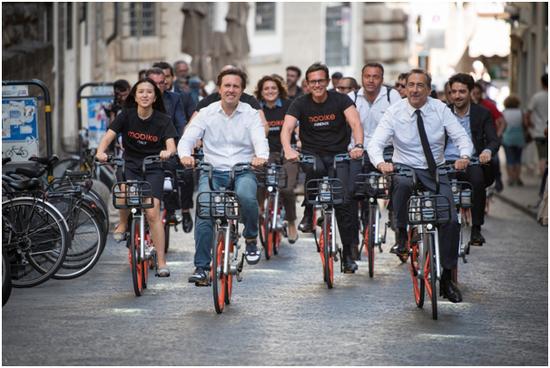 胡玮炜、佛罗伦萨市长纳德拉(前排左二)、米兰市长萨拉(前排右一)在佛罗伦萨街头骑行摩拜单车