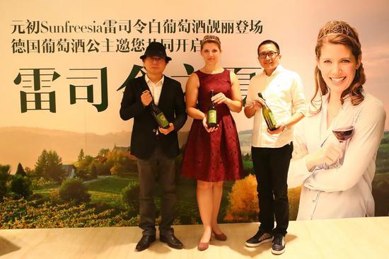 德国葡萄酒公主Mara Walz(中)、元初食品联合创始人陈启明(右)和央视独立酒评人朱立农(左)等莅临酒会