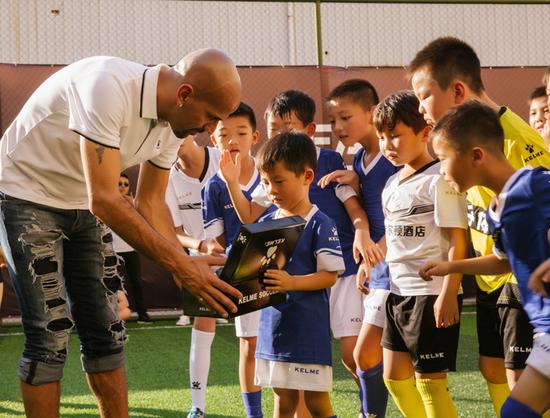 为本场优秀小球员赠送足球鞋。