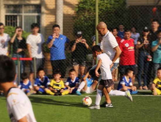 小球员和贝隆同场竞技。