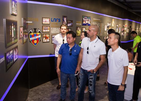 柯永祥董事总经理(右)陪同球星贝隆(左)参观卡尔美品牌文化馆