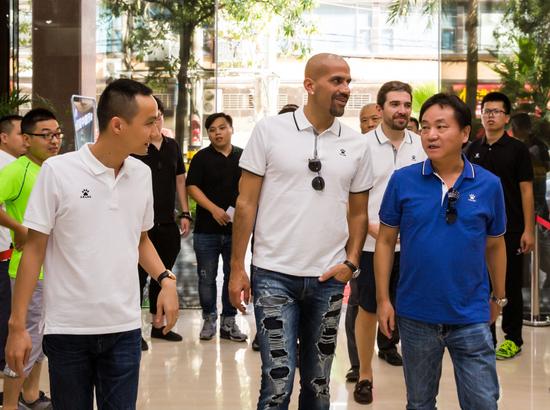 卡尔美中国董事总经理柯永祥(左)陪同球星贝隆(中)参观卡尔美公司