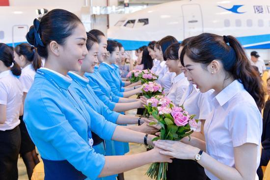 厦航乘务员为新报道的台籍乘务员送上花束表示欢迎
