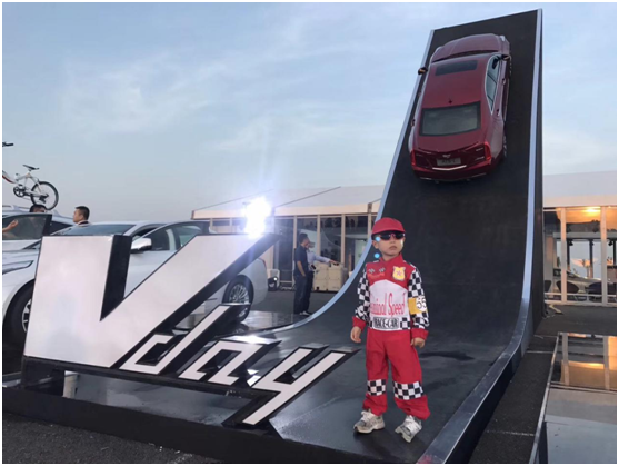 还有帅气可爱的小车模也来到Vday的现场摆张pose