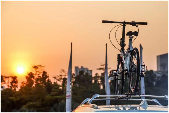 黄昏下屹立着的自行车正默默迎接黑夜的到来