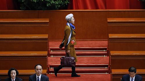两会3月10日精选图片:新闻发言人最时尚