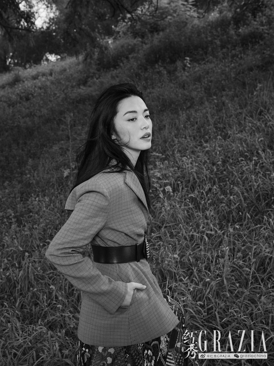 """姚晨登杂志最新封面 置身水中宛如出水""""芙蓉"""""""