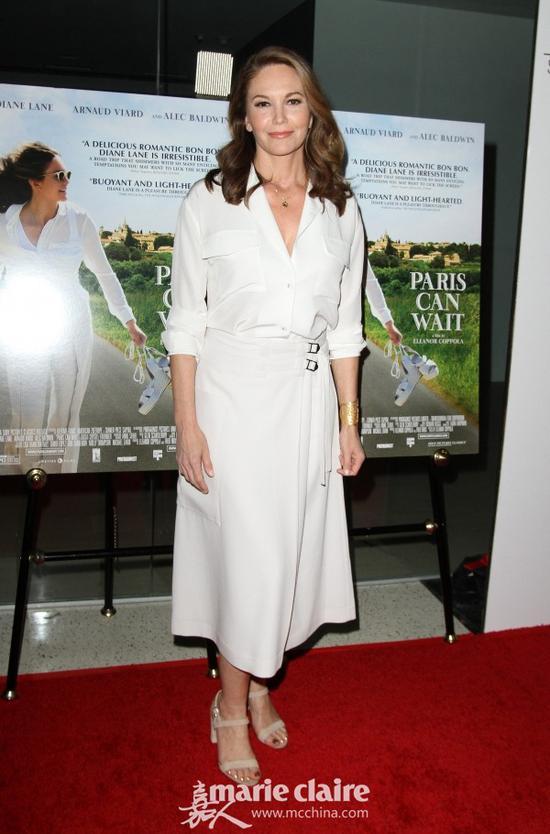 戴安·莲恩(Diane Lane)身穿白色地领衬衣,下身穿长腰带迷笛裙,脚踩米色麂皮一字带凉鞋。