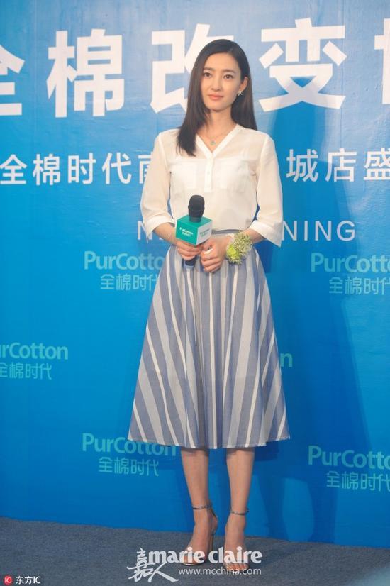 王丽坤出席品牌代言活动。白衬衫搭配灰色条纹伞型迷笛裙。