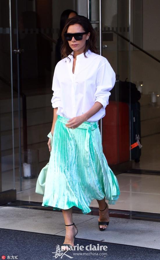 白色衬衫搭配蓝绿色百褶裙,清新却不失气场