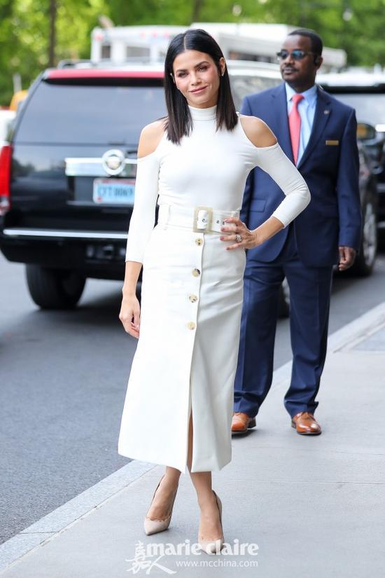 珍娜·迪万(Jenna Dewan)街拍。她身穿白色露肩裹身上衣,下穿白色开叉单排扣高腰半身裙,脚踩裸色麂皮尖头高跟鞋。