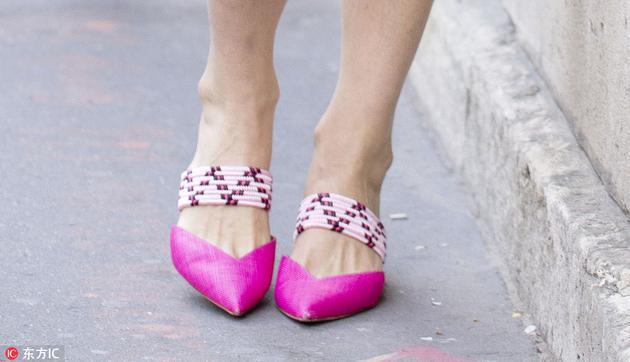 横绑带一脚蹬街拍
