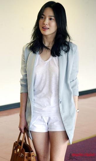 浅色外套内搭白色T恤和短裤