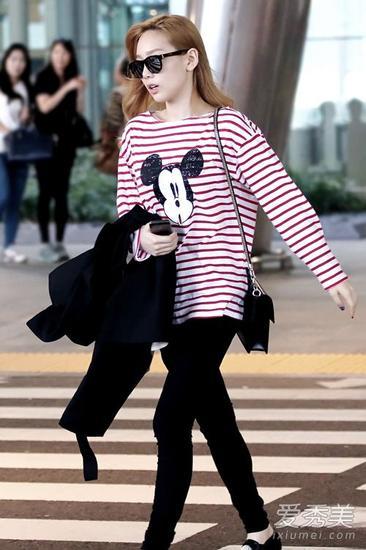 金泰妍机场街拍 春季少女风搭配