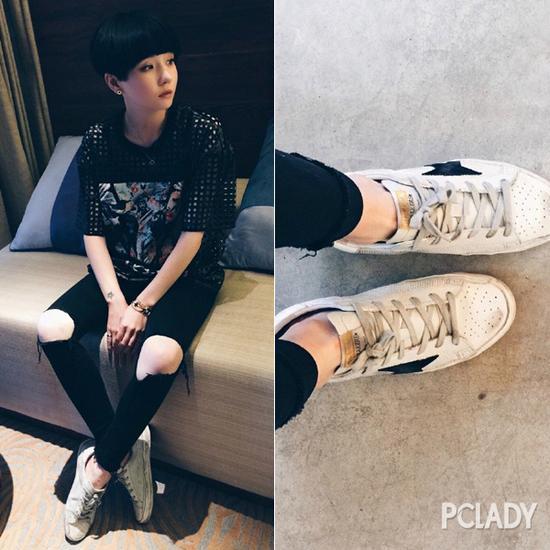 黑色破洞裤+小白鞋