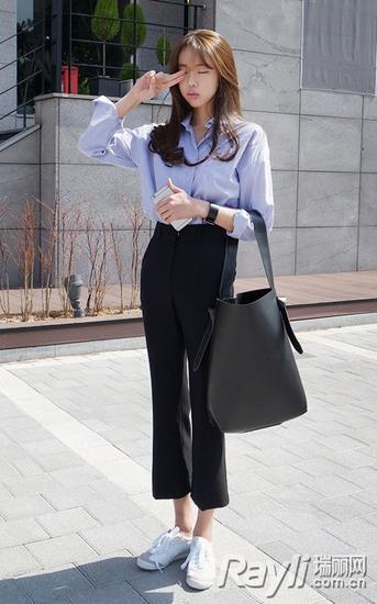 浅蓝色衬衫+黑色高腰八分裤