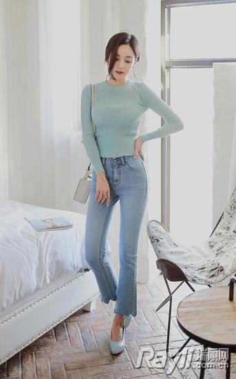 浅蓝色紧身针织上衣+高腰毛边牛仔裤