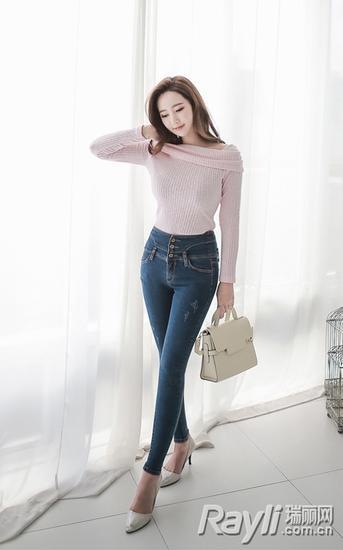 浅粉色一字领露肩上衣+高腰牛仔长裤