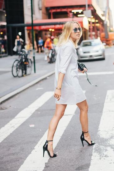 白色衬衫裙+黑色高跟鞋