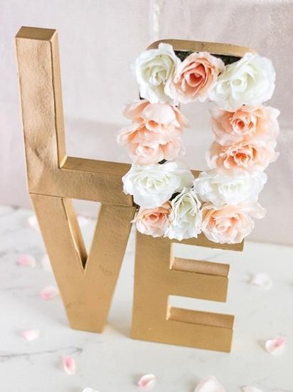 LOVE的金装字母+花卉