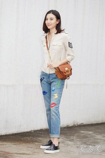 浅色衬衫+印花牛仔裤