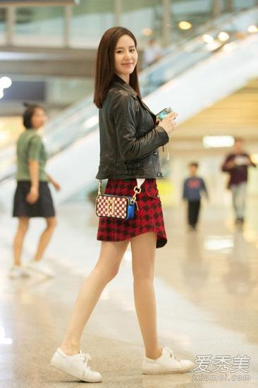 黑色皮夹克+红色千鸟格小短裙