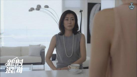 灰色的剪裁连衣裙