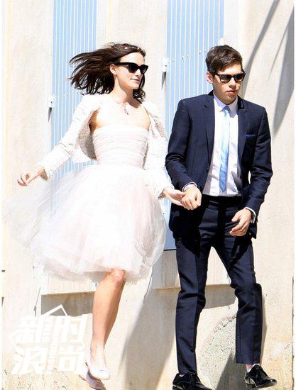 Keira Knightley结婚时就穿平底鞋,走起路来更欢脱
