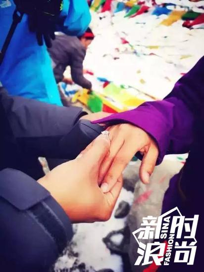 陈亦飞为谭维维带上戒指