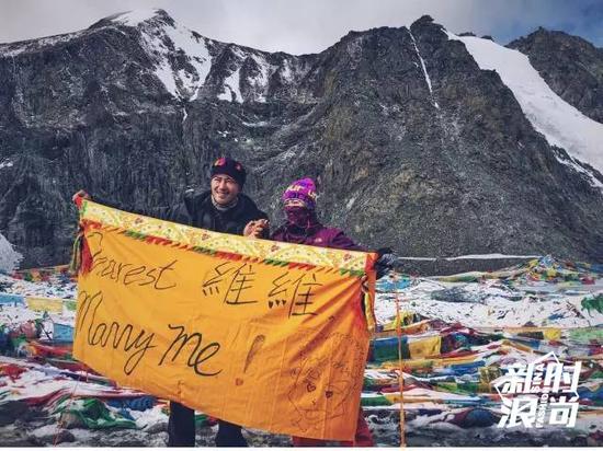 谭维维穿厚重登山服在海拔5600米被求婚