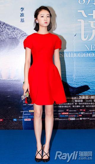 周冬雨穿Miu Miu红色礼服优雅俏皮