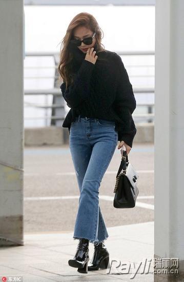 JESSICA郑秀妍用九分喇叭裤搭配宽松毛衣和高跟短靴