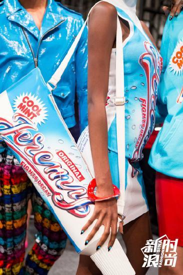 Jeremy Scott的牙膏造型包包