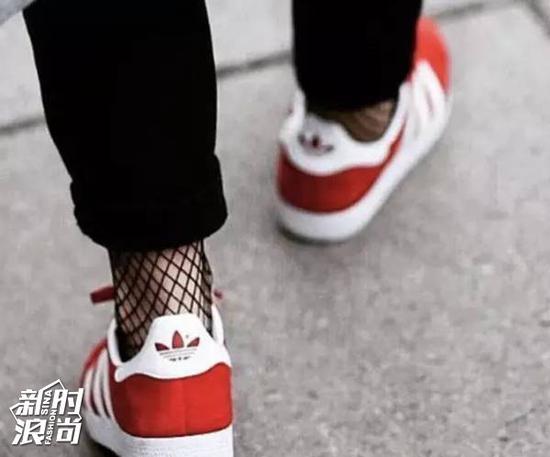 渔网袜配运动鞋