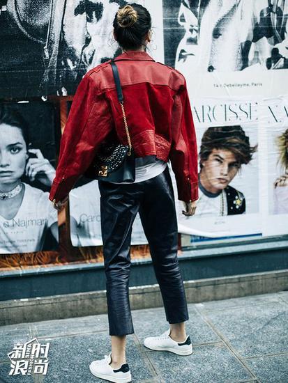 时尚博主穿宽松版皮裤街拍