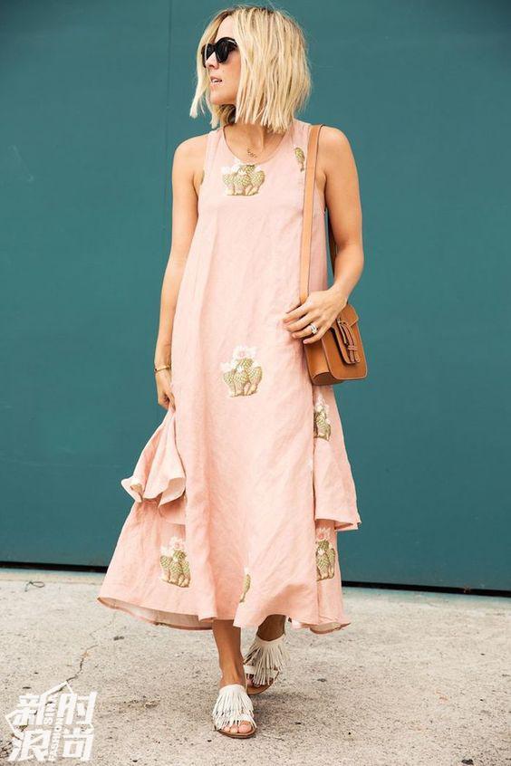 浅粉色长裙街拍